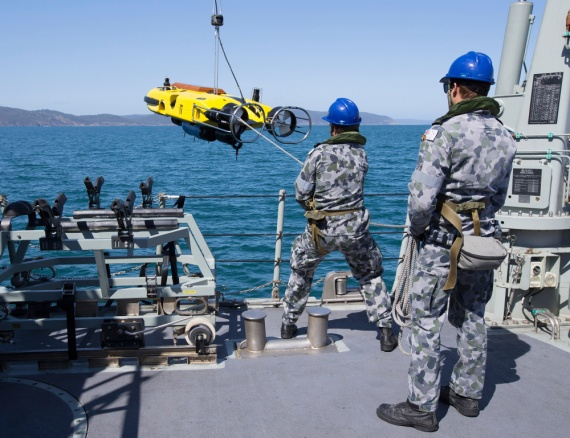 Sailors from HMAS Yarra take control of the steading line as they deploy the ships SUTEC Double Eagle mine disposal vehicle during mine operations at Exercise DUGONG 2015.