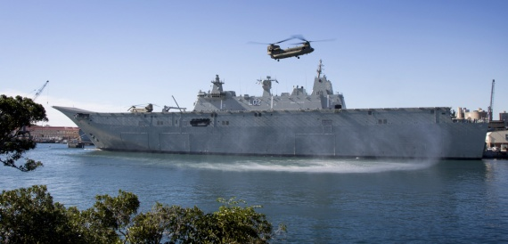 A Chinook CH-47F aircraft from the 5th Aviation Regiment in Townsville makes an approach to HMAS Canberra while the ship is alongside in her home port of Sydney.