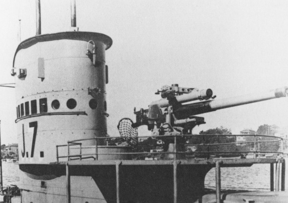 J7s distinctive conning tower and 4-inch gun were situated further aft than on her sister boats