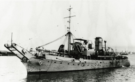 The boom defence vessel HMAS Karangi supported Operations HURRICANE and MOSAIC