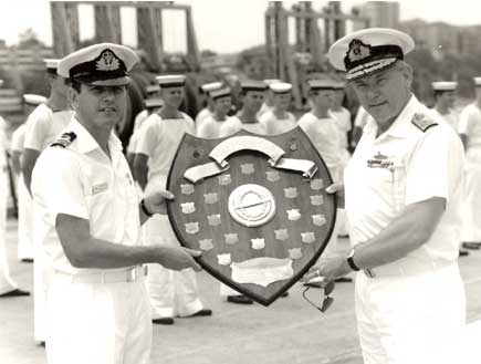 Rear Admiral R. Walls, AO, RAN presenting Lieutenant Commander M. Sander, RAN, Commanding Officer of Ovens, with the Submarine Fighting Efficiency Shield