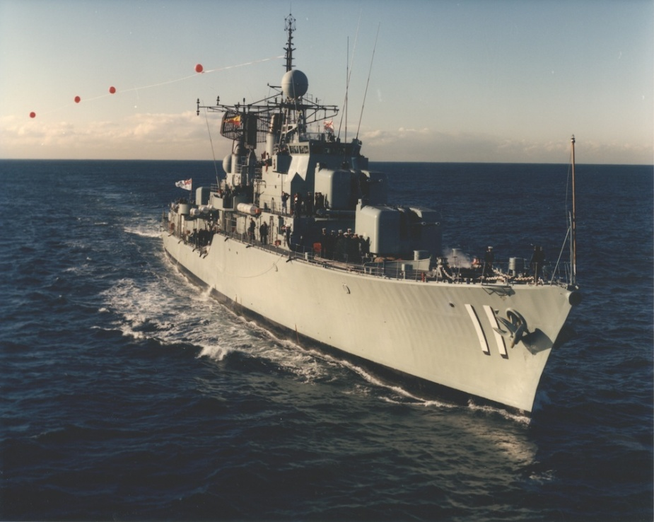 HMAS Vampire flying her decommissioning pennant, 13 August 1986