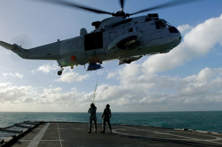 RAN 817 Squadron Sea King Helicopter delivers mail to HMAS Manoora. 7 June 2006