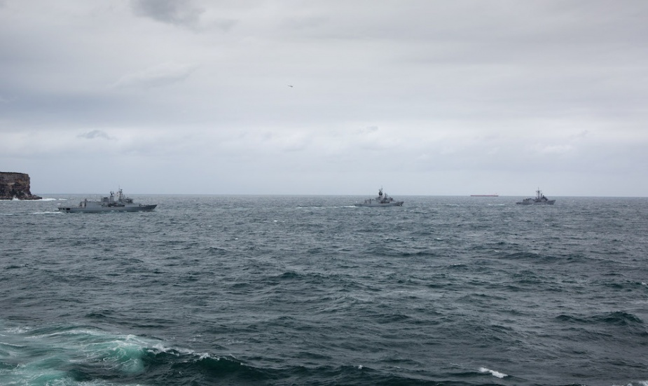 HMAS Ships Melbourne (right) and Stuart lead HMNZS Te Mana through the heads of Sydney as they depart for Exercise OCEAN EXPLORER.