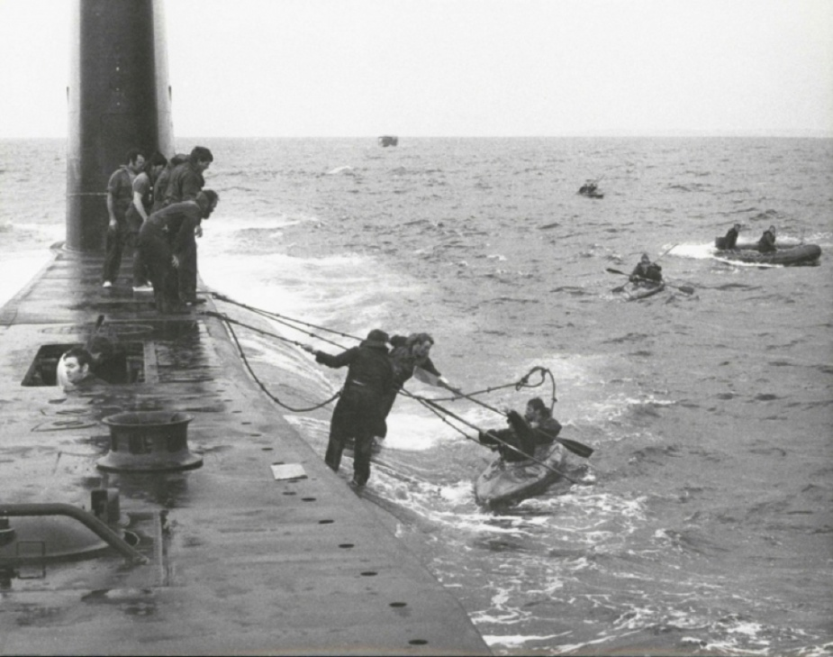 Oxley conducting submarine familiarisation training with commandos in November 1974.