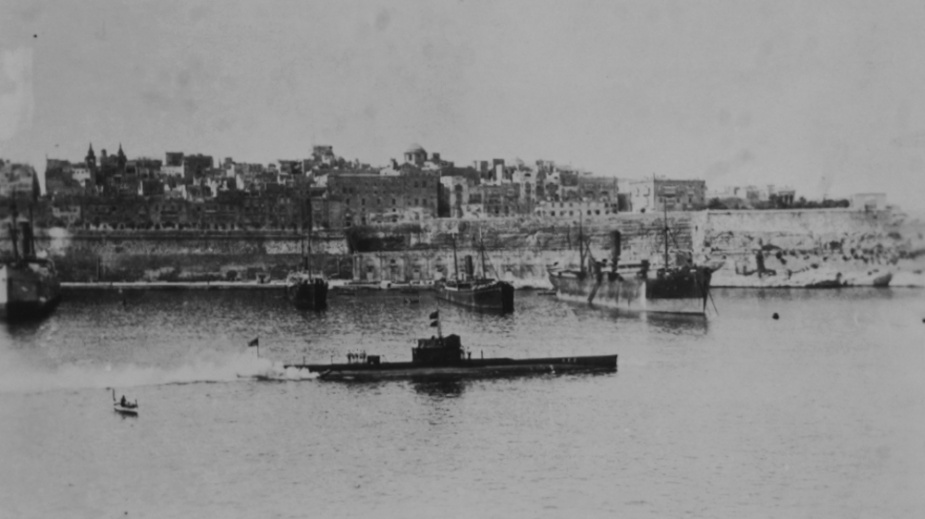 AE2 departing Malta for Tenedos  in April 1915 after effecting repairs to her hull.