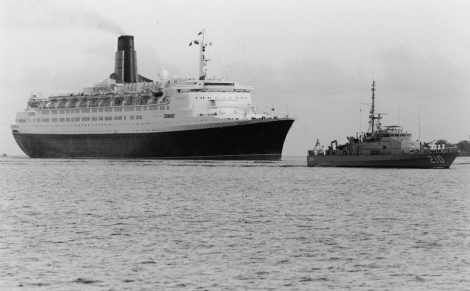 HMAS Cessnock escorts Queen Elizabeth II into Darwin on 5 March 1993.