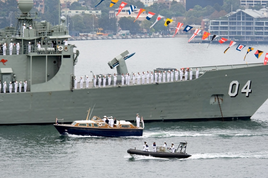 HMAS Darwin 'Cheers Ship' as the Governor of New South Wales, Her Excellency Professor Marie Bashir, AC, CVO, reviews the ship's company during the Royal Australian Navy's Fleet Review 2009.