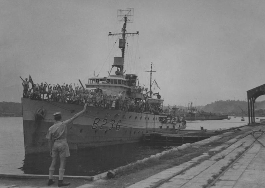 HMAS Ballarat wearing her British Pacific Fleet pennant number, Yokosuka Naval Base, circa 1945. Note also the type 271 radar at the foot of the foremast and the type 291 radar aerial mounted at the masthead.