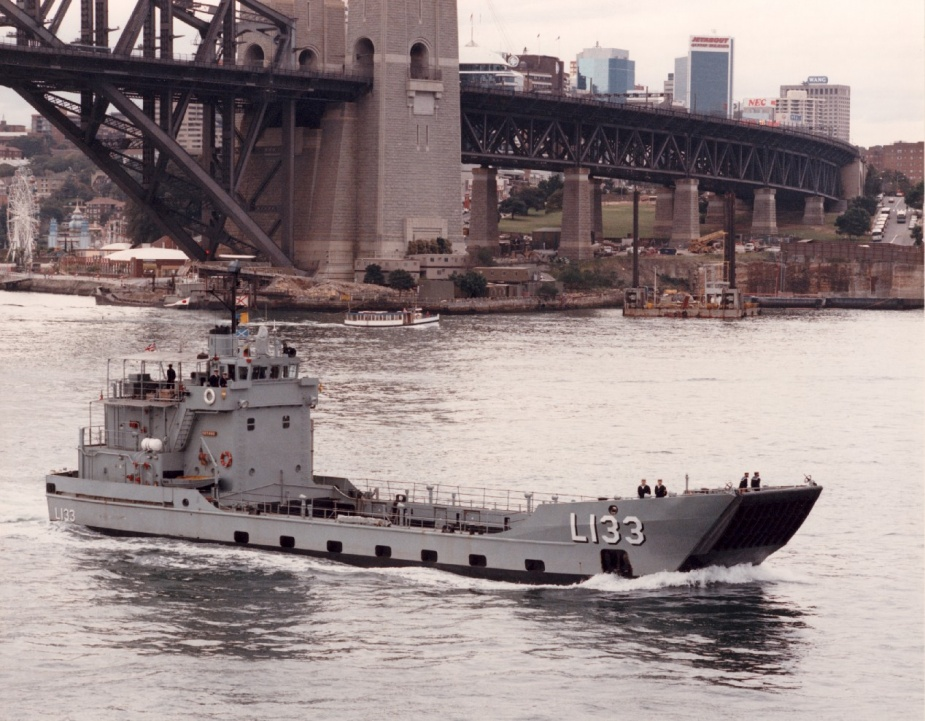 HMAS Betano departing Sydney, 8 August 1990