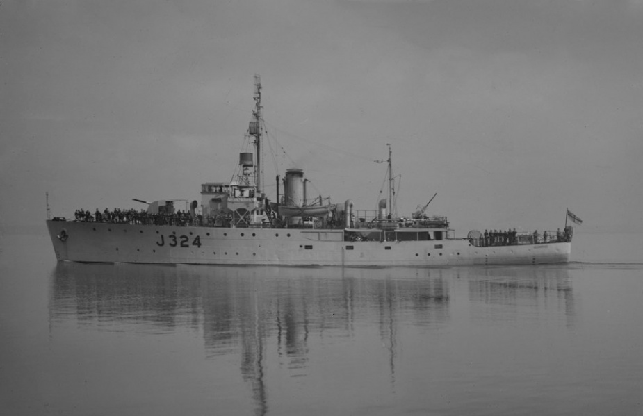 HMAS Gladstone. (Allan C Green, State Library of Victoria)