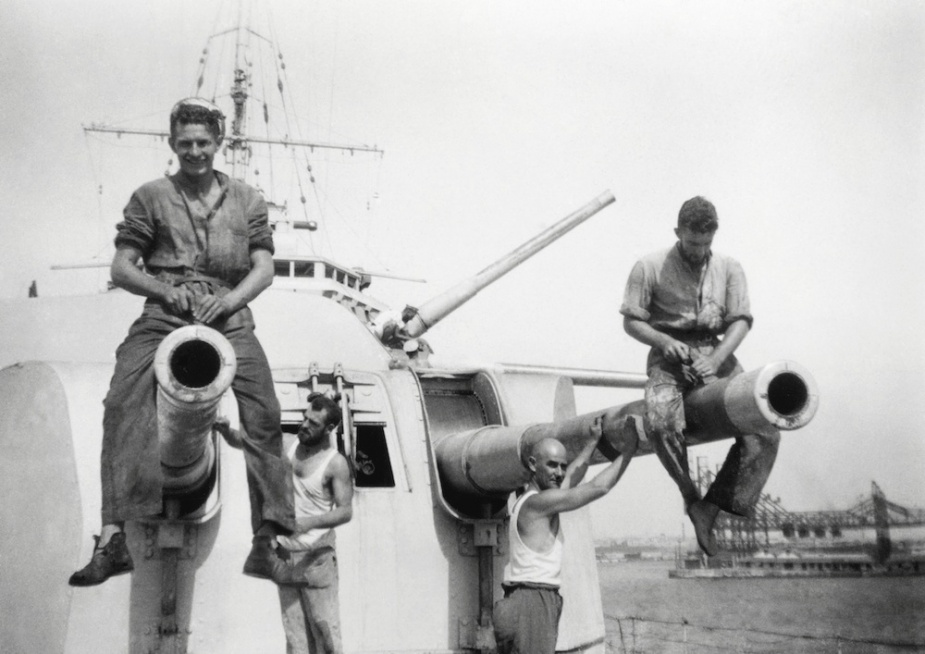 Ratings performing maintenance on the gun barrels of Sydney's 'A' turret