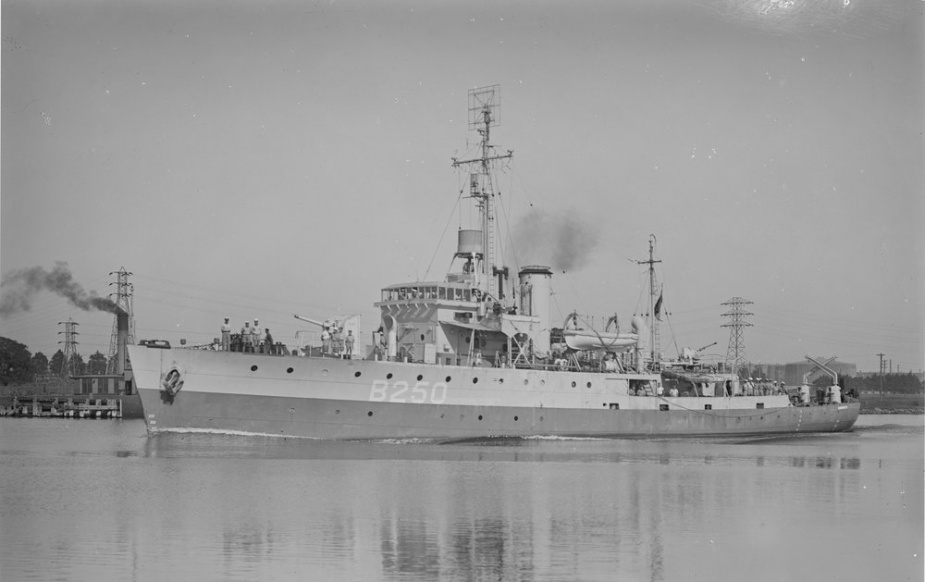 HMAS Tamworth, circa 1945. Note the British Pacific Fleet pennant number preceded by the letter B on her hull. She is also equipped with Type 271 radar, mounted as a 'lantern' at the base of her foremast while at the top of the foremast can be seen her Type 291 radar aerial.
