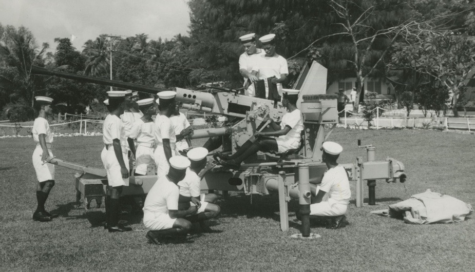 Members of the RAN PNG division training on a 40/60mm Bofors gun.