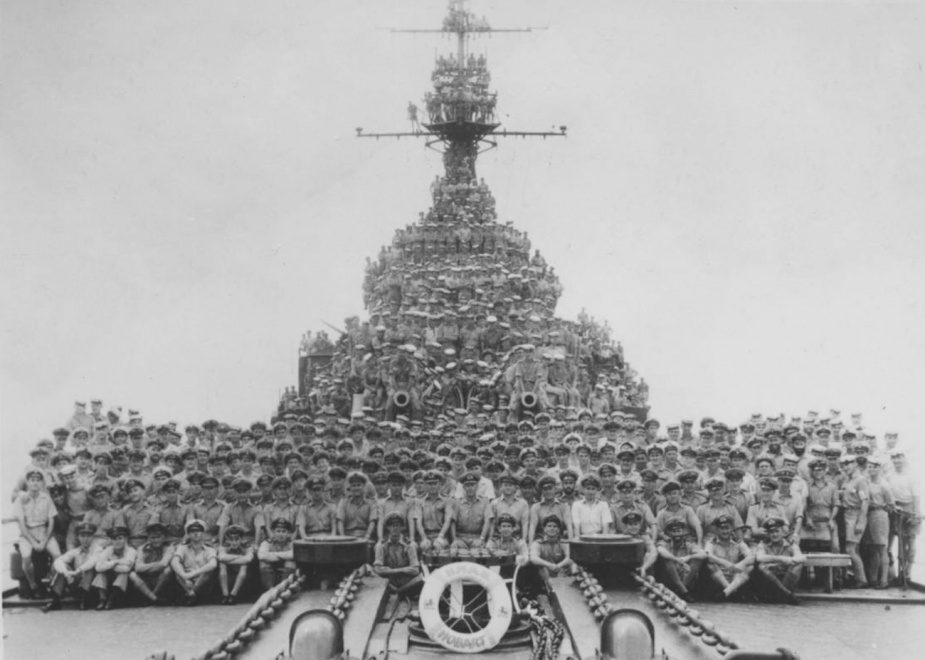 HMAS Hobart's ships company in Tokyo Bay, 1945