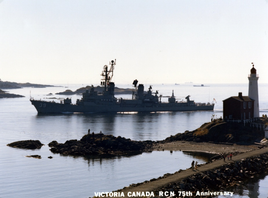 HMAS Hobart (II) entering Esquimalt, British Columbia, on the occasion of the Royal Canadian Navy's 75th anniversary.