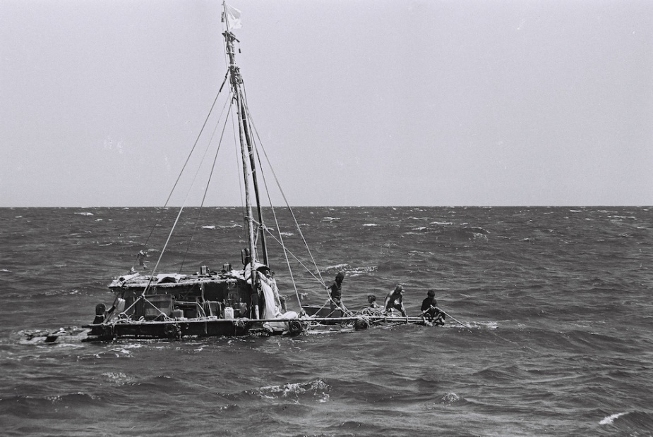 Guayaquil's crew abandon their stricken vessel. (Wayne Ferguson collection)