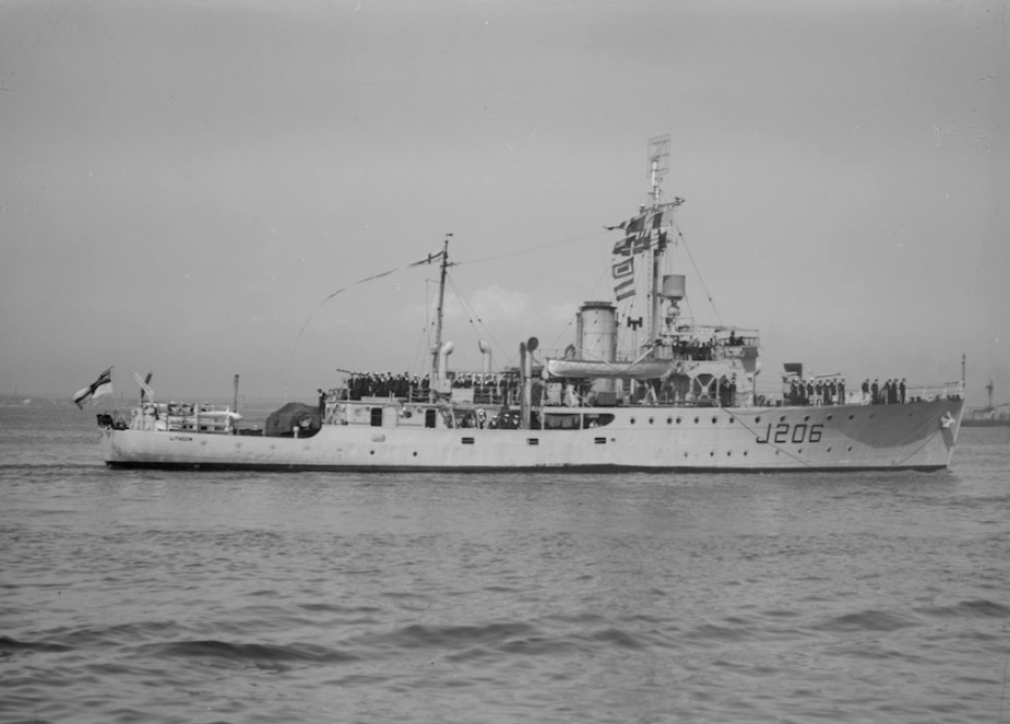 HMAS Lithgow flying her decommissioing pennant as she sails into Melbourne for the last time, 8 June 1948
