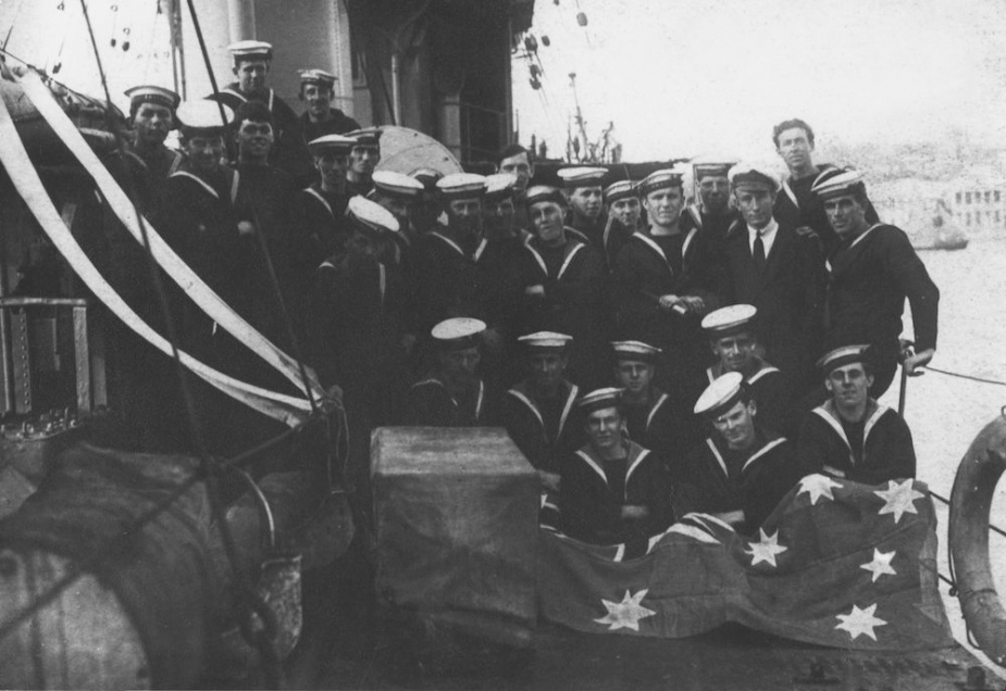 Parramatta crew members with the Australian Flag in Brindisi Harbour 1918.