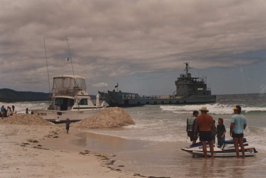 Tarakan assisting the beached cabin cruiser, Frantik