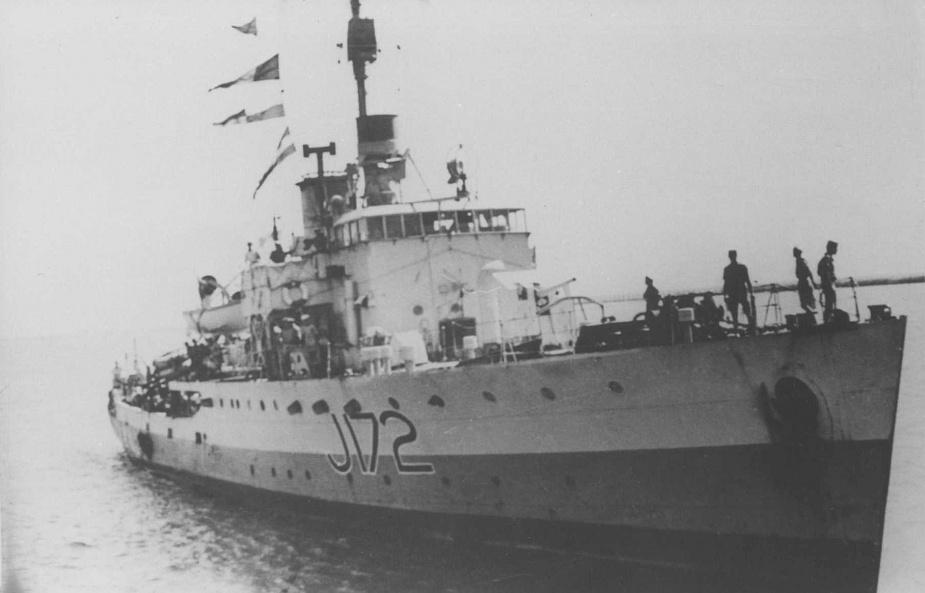 HMAS Wollongong (I) at sea.