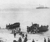 Troops landing at Anzac Cove, covered by the light cruiser HMS Bacchante (AWM G00905)