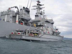 HMAS Diamantina rafts up to Japanese Ship Uraga.