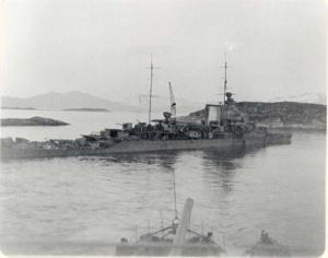 HMS Echo approaching HMS Effingham