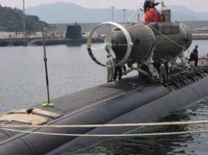 US Navy DSRV with HMAS Rankin in Hawaii. (RAN)